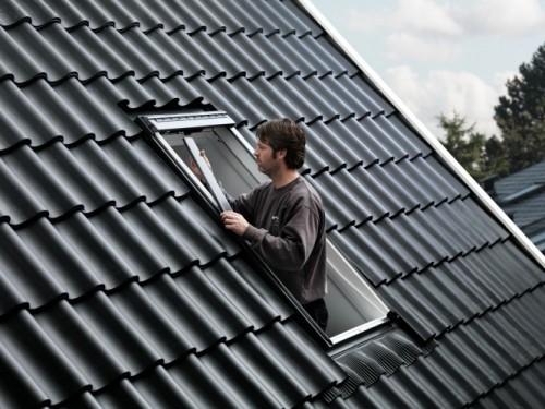volet roulant solaire velux une installation en toute s r nit. Black Bedroom Furniture Sets. Home Design Ideas