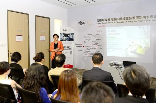 雷格斯华东华西区总经理陈骊(Mary Chen)女士向到访的媒体与嘉宾介绍雷格斯全球办公网络与服务