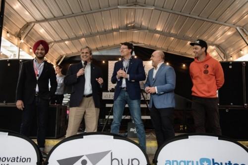 Opening Dutch House 2017 met Kuldip Singh, director Digital innogy Retail (links), de burgermeester van Austin (2e links), prins Constantijn van Startupdelta (midden), Danny Frietman, founding father New Dutch Wave (2e van rechts) en de winnaar van de pitch competitie 2017, Utomik.