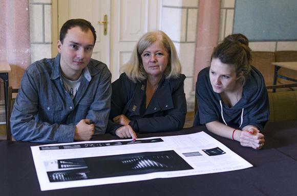 Studenci nad pracą z dr. Jolantą Sroczyńska_580pix.jpg