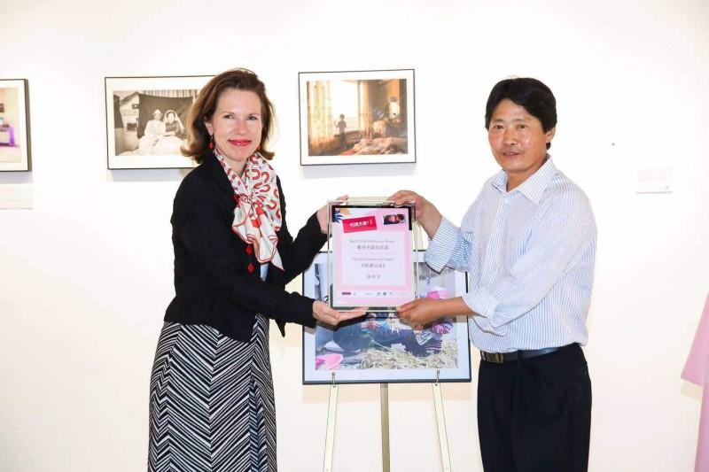 Ambassador Wilson presenting the Chinese Winner Zhang Hongwei