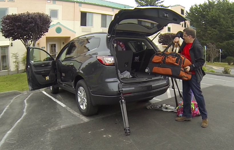 Papiblogger Manny Ruiz packing the car for a road trip