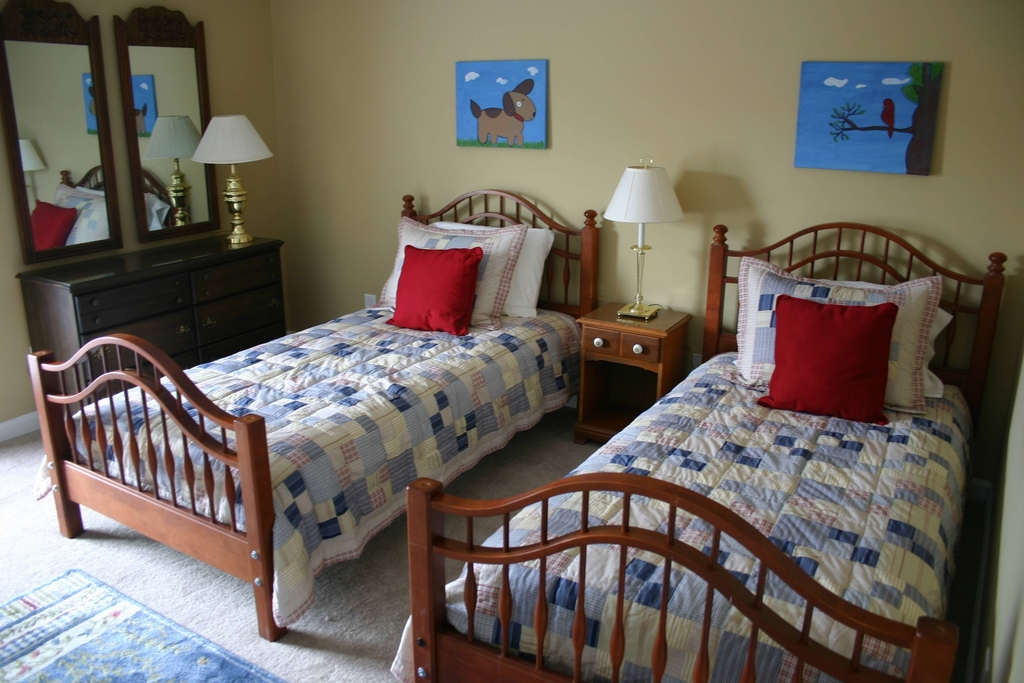 a bedroom with two twin beds