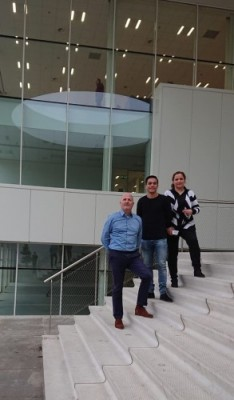 Peter-Jan, Niek en Arasteh op de trappen van de Brainport Industries Campus