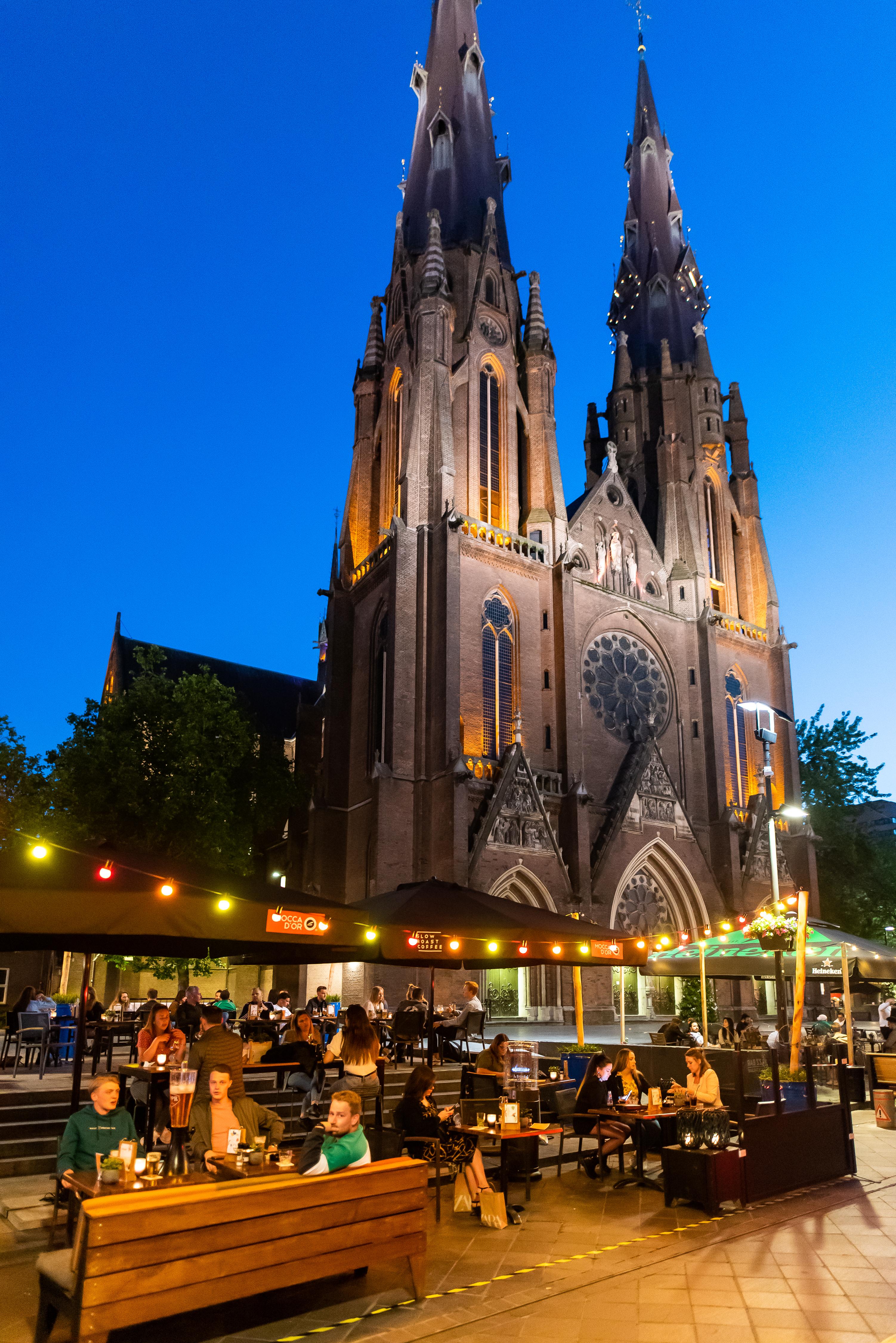 Het coronaproof terras van de cafés Spijker en Thomas bij de Eindhovense Catharinakerk.