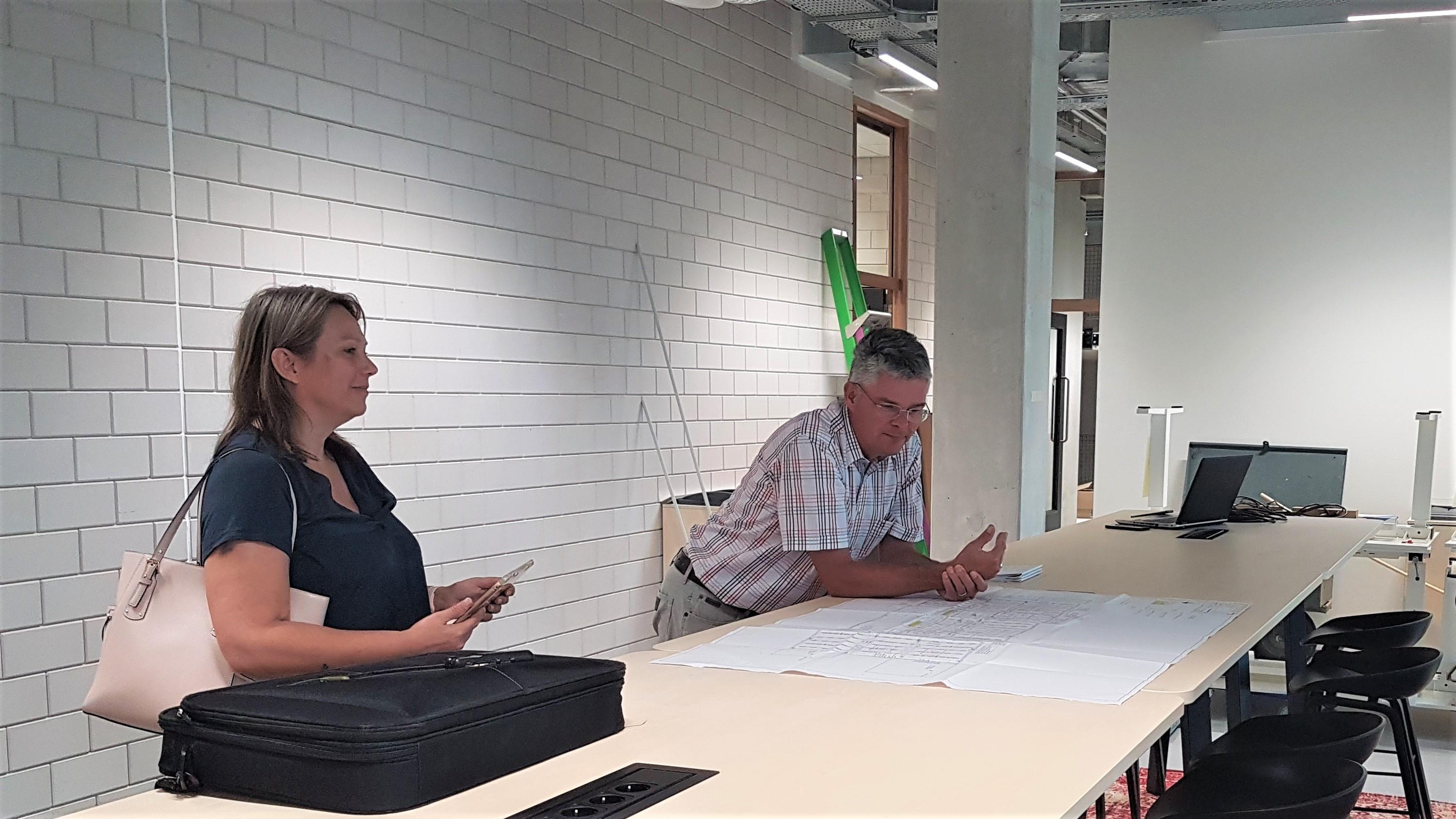 Projectleider Michel van der Zanden en Yvette Friebel, manager bedrijfsvoering van FHICT.