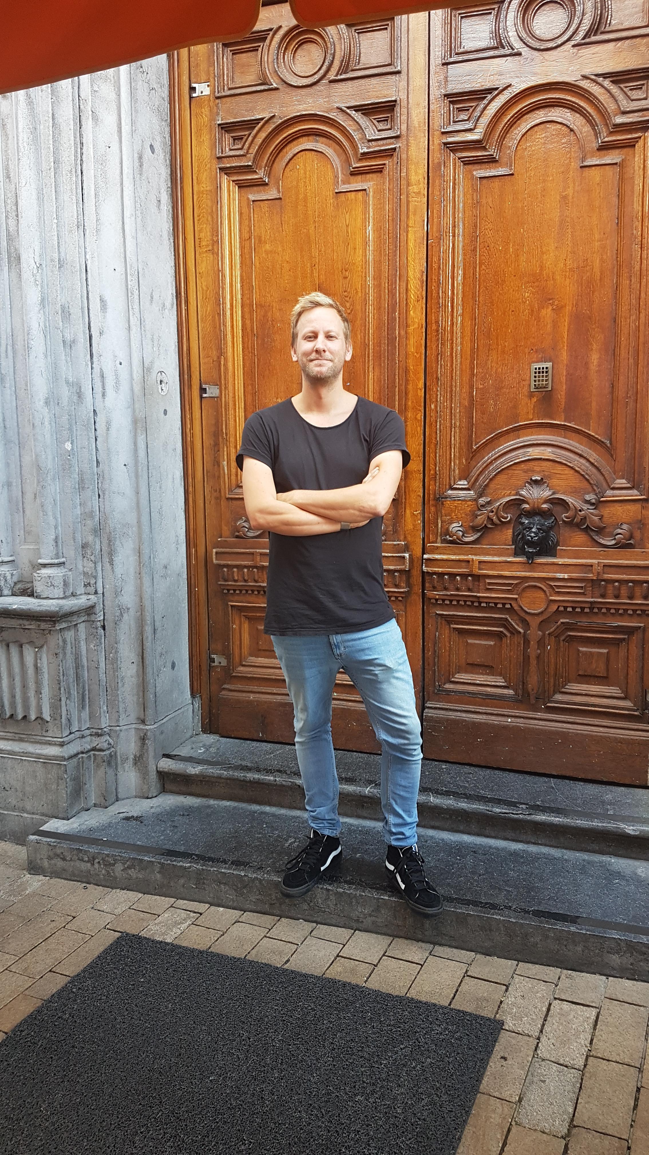 Flip Gooskens voor de gesloten deur van zijn Tilburgse café Philip.