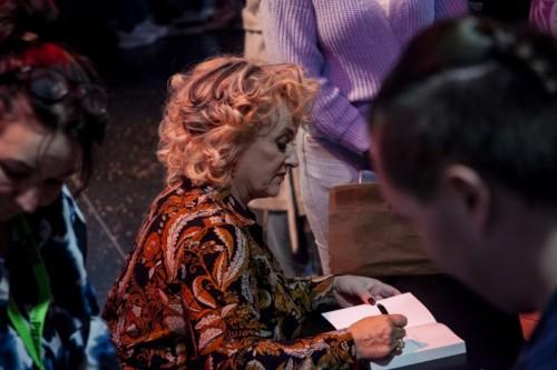 Bloemen signeerde na afloop exemplaren van haar autobiografie Mijn Ware Verhaal.