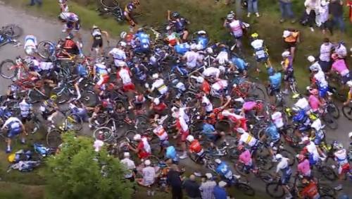 Massale valpartij in de Tour (still uit NOS-film).