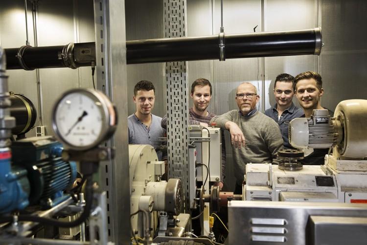 Ted Wonders bij de testopstelling van een motor, met de studenten Noud van Helvoort, Luc Heijnen, Rob Nijhof en Rick Adriaensen (foto's Ton Toemen) .