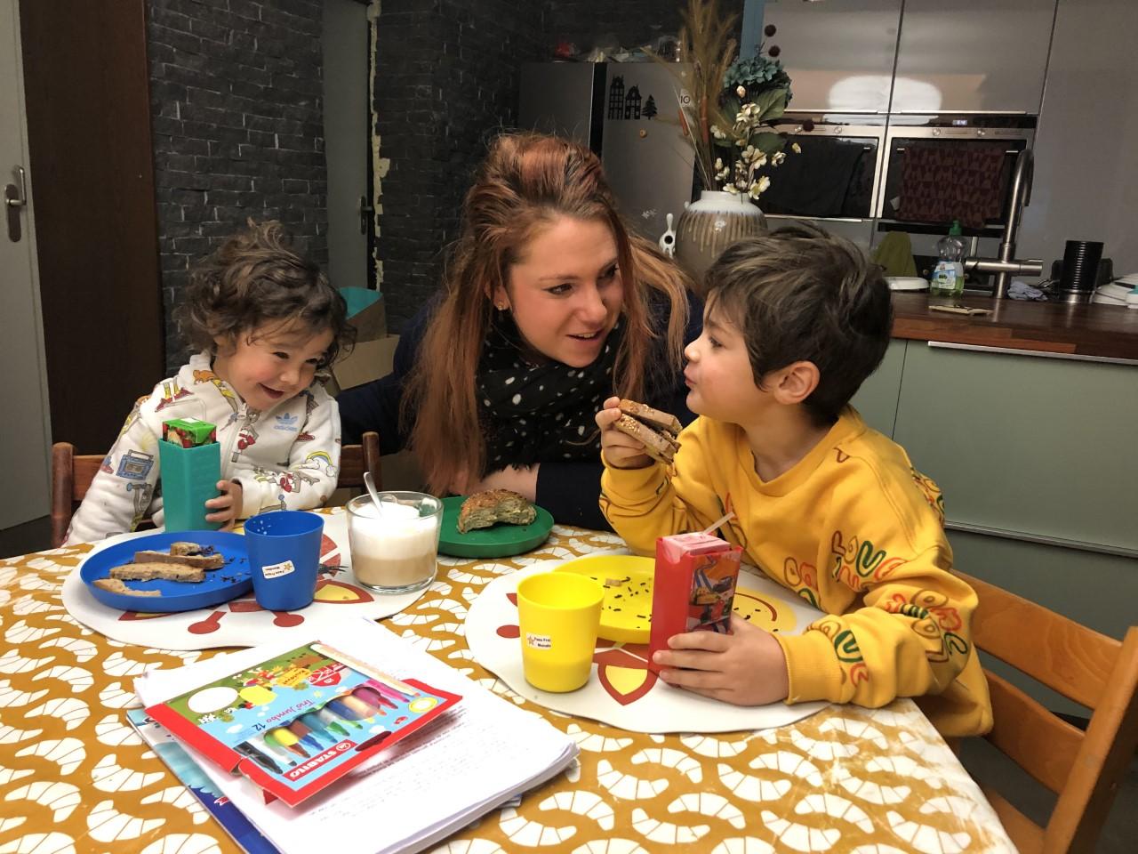Aukje Schurer-Monaten met haar kinderen Faes (links) en Tore.