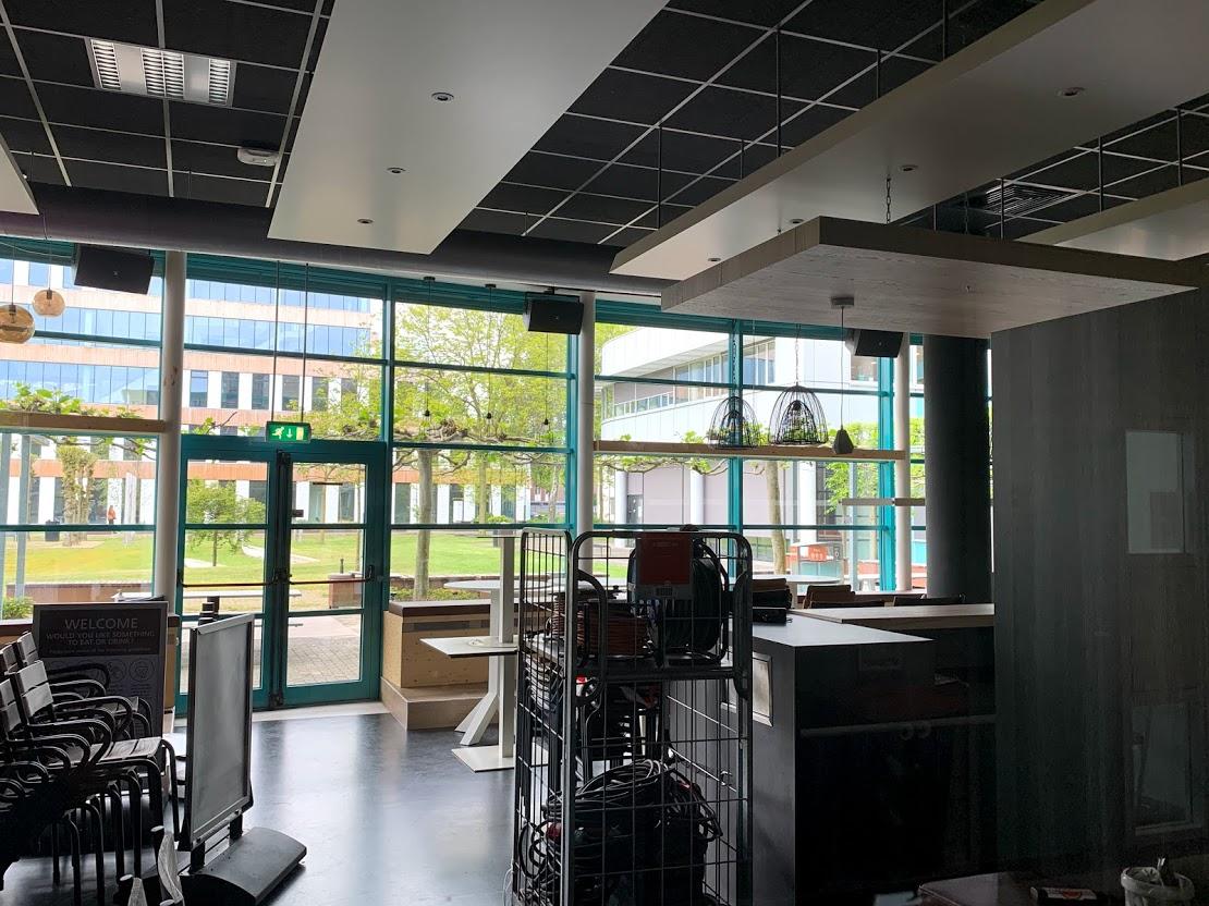 Het gesloten Café 040 doet tijdelijk dienst als opslagruimte.