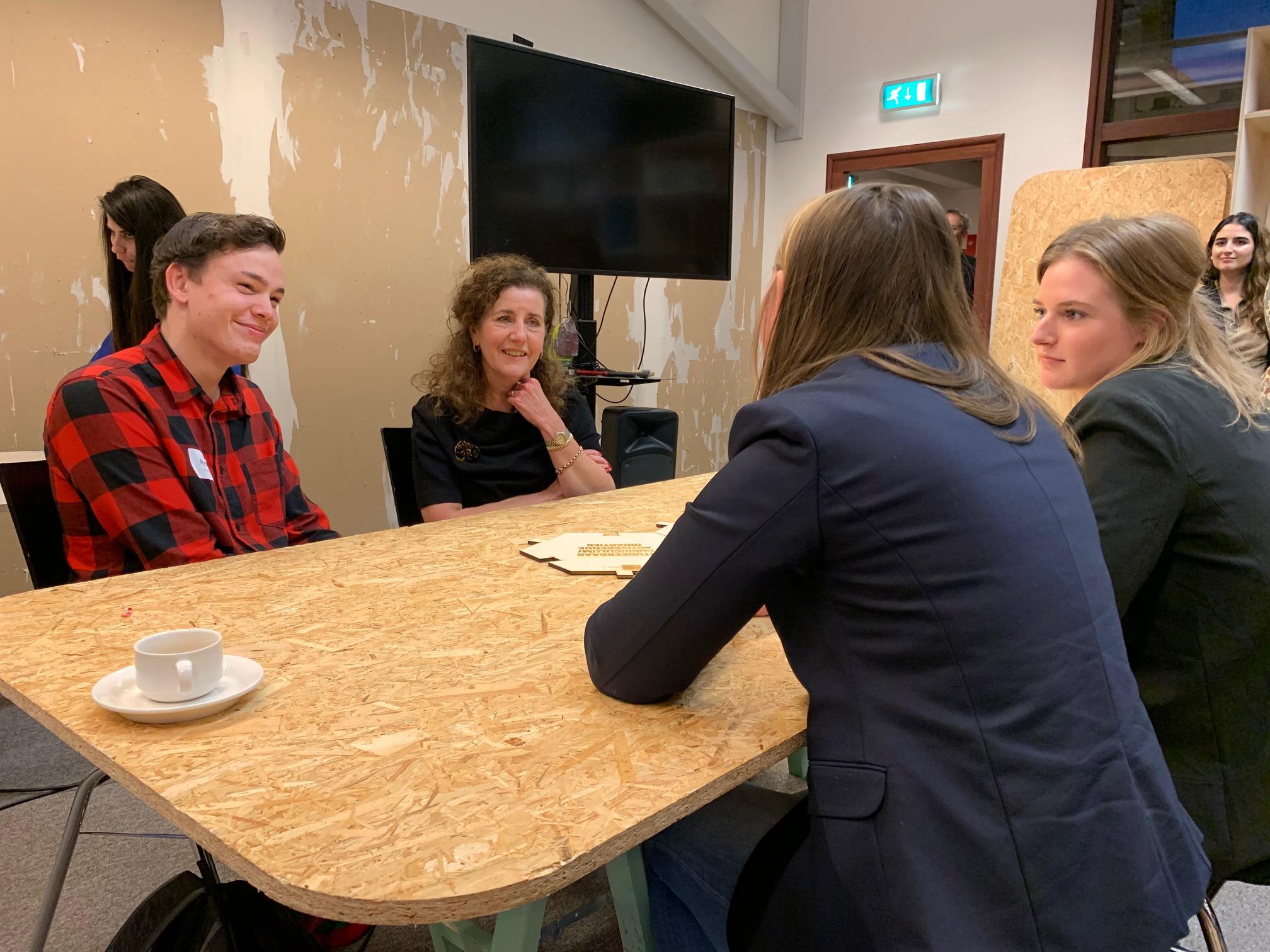 Minister Van Engelshoven tijdens een werkbezoek aan Fontys Hogeschool Journalistiek.