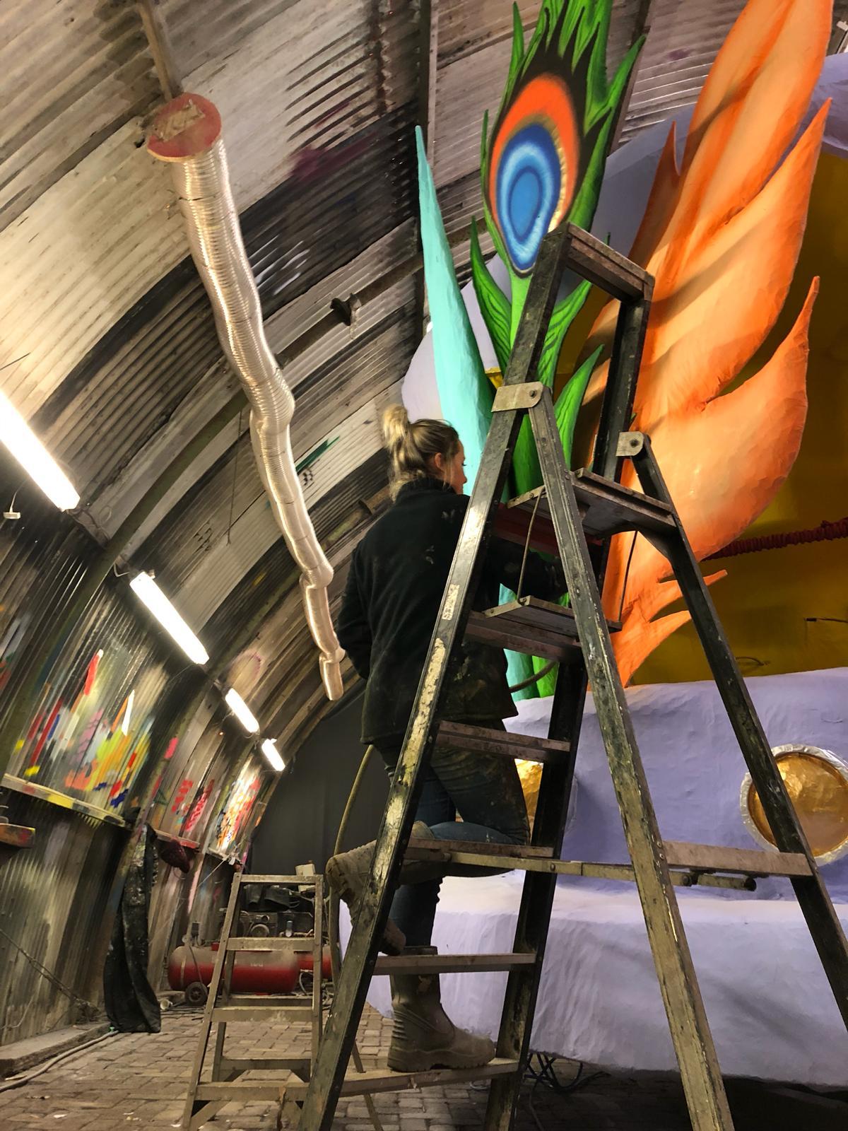 Floortje van Hees bewerkt een afbeelding op de wagen.