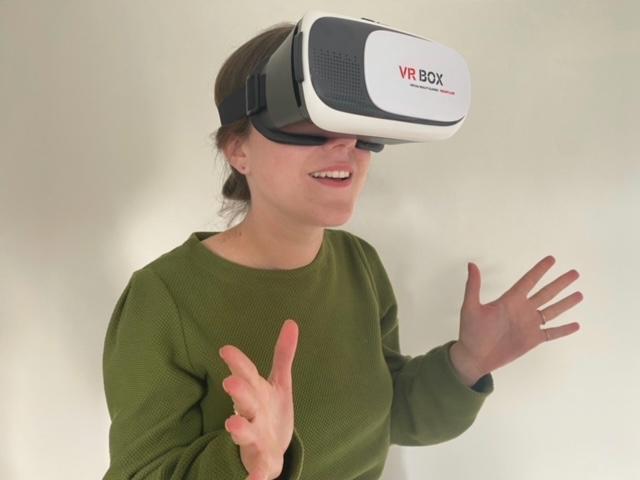 Hanneke Theelen met VR-bril.