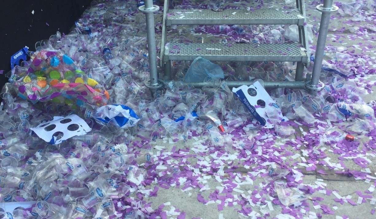 Achtergelaten wegwerpbekers bij Purple Festival.
