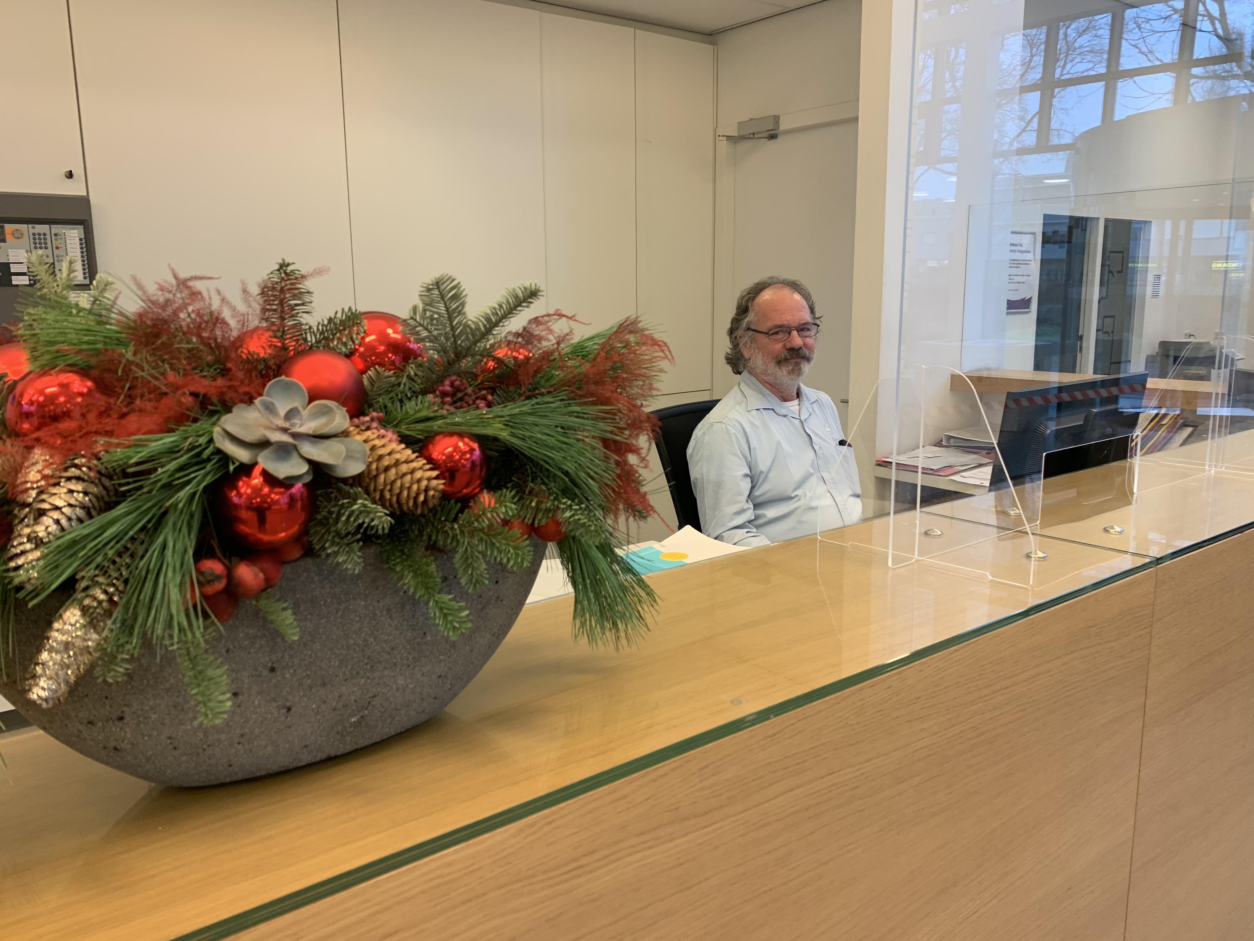 Frank van den Heuvel achter de receptie in gebouw R3.