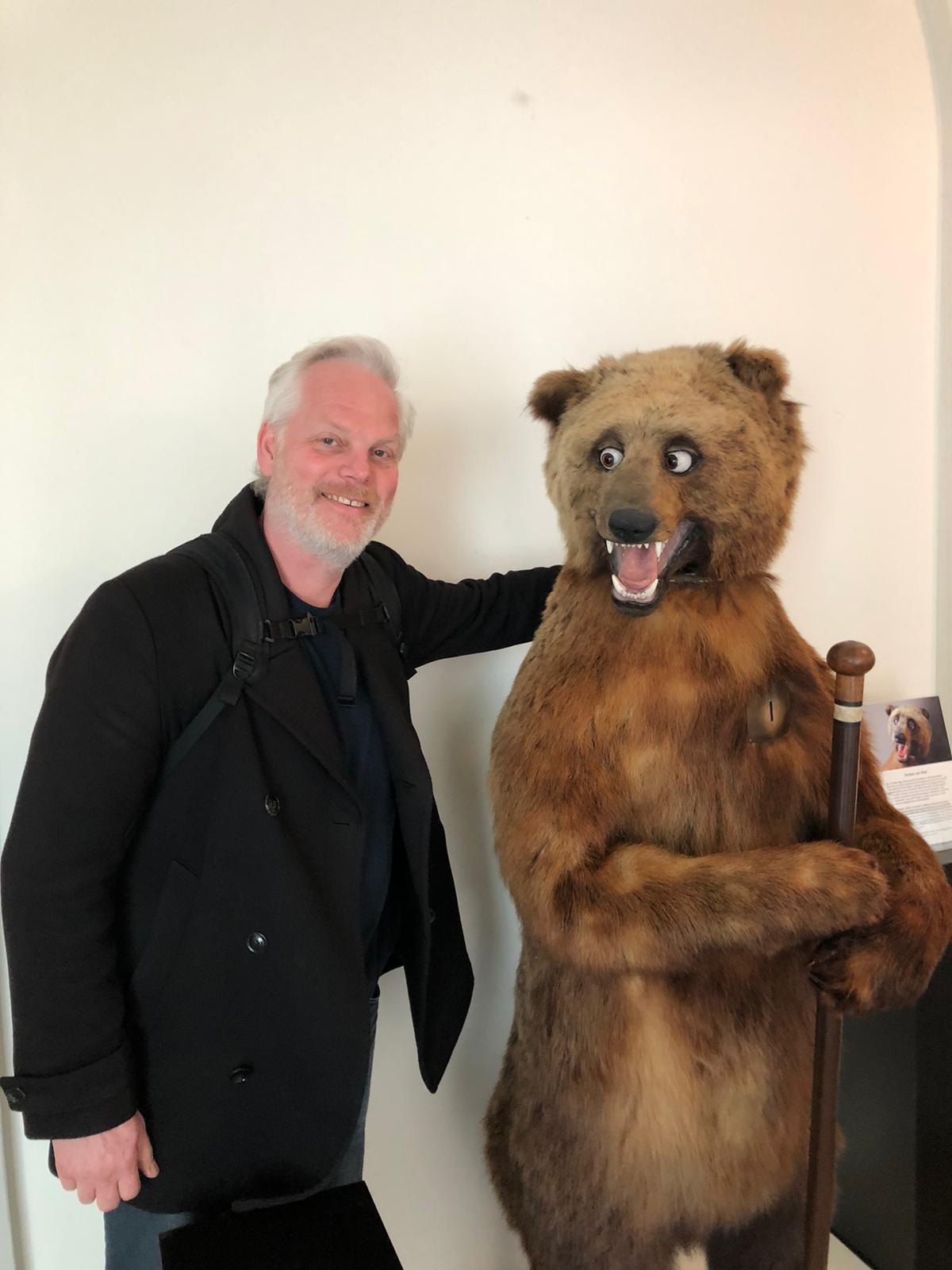 Jan Wijnen met de antieke beer