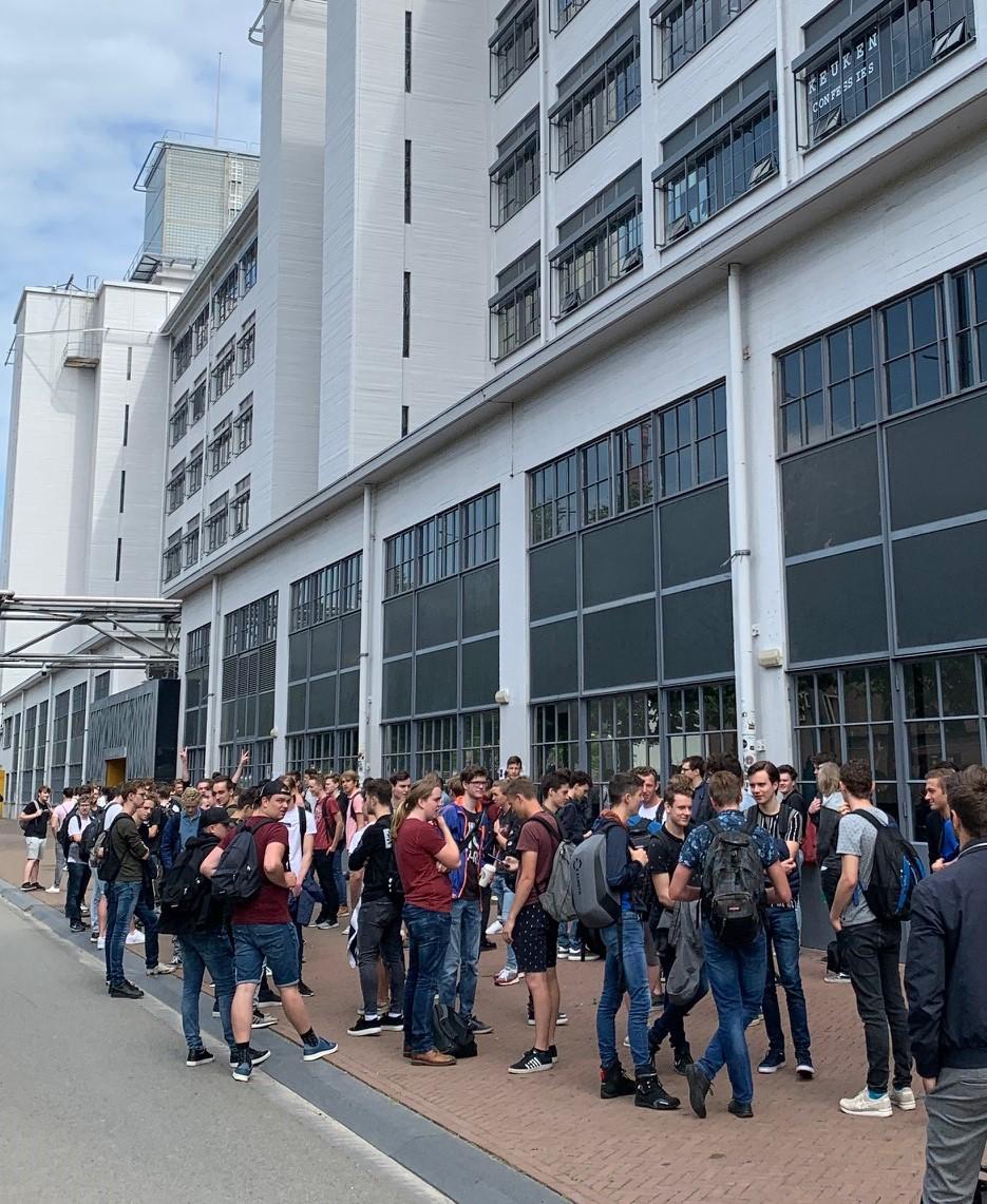 Bij de vorige tentamens op 15 juni ging het bij de ingang van het Klokgebouw niet goed.