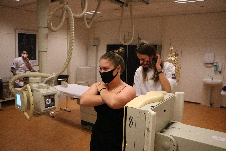 Tijdens het oefenen met radiologie is het voor studenten van Paramedische Hogeschool niet altijd mogelijk om 1,5 meter afstand te houden.