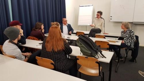 Piet Kaashoek (midden) bij de uitleg aan studenten journalistiek over een project met zwerfjongeren.