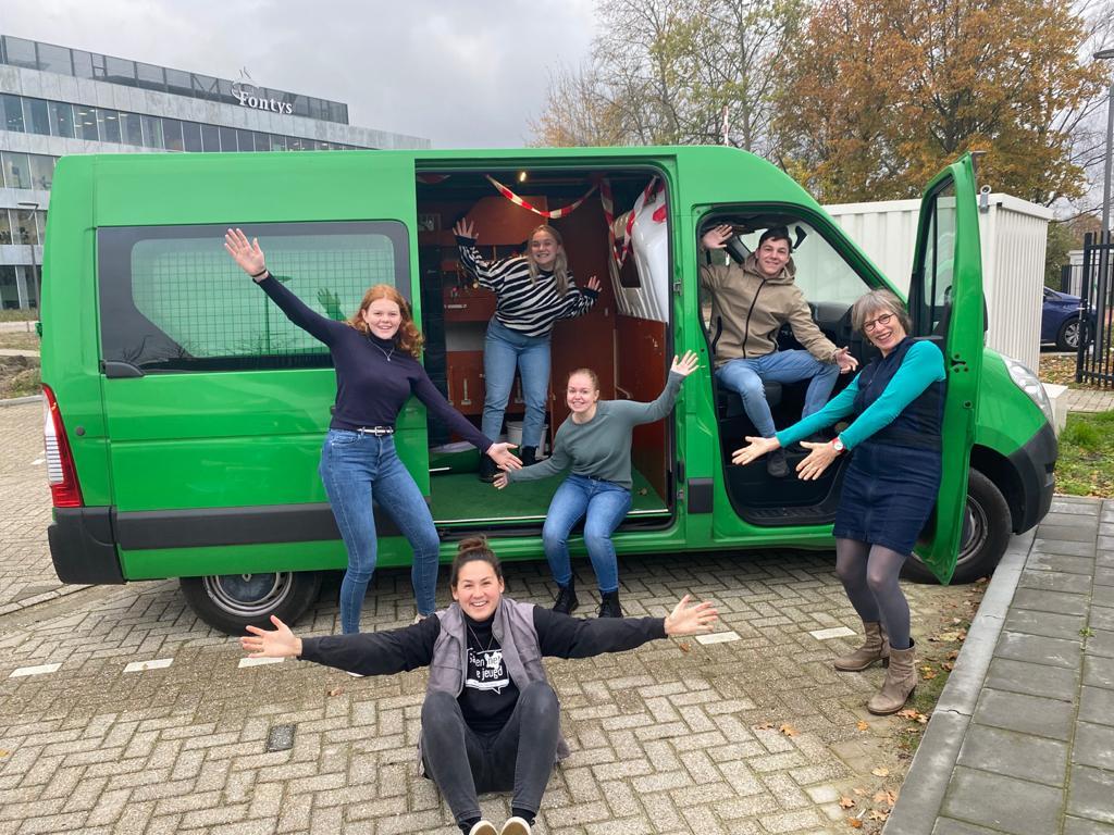 Studenten Pedagogiek en lector Maike Kooijmans (rechts) zijn klaar voor de 'kinderrechtentour'.