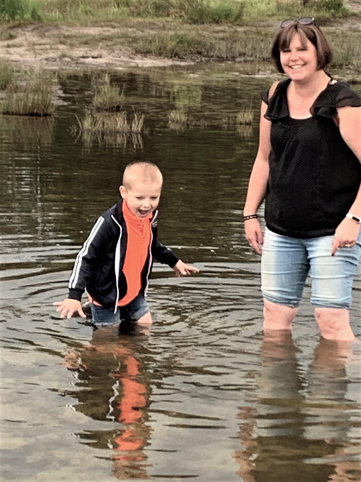 Lianne met haar zoontje, vorig jaar op vakantie in Zeeland.