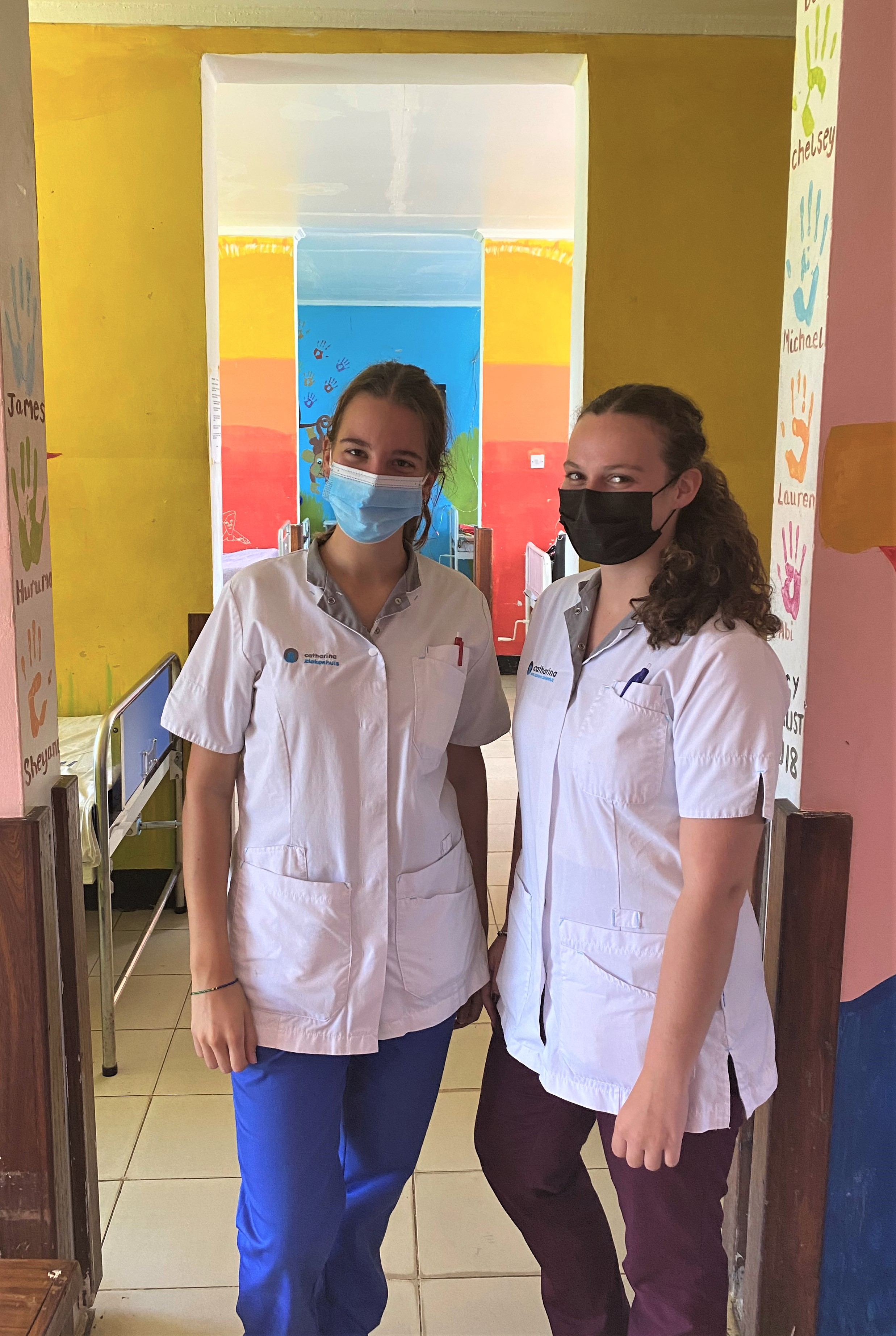 Milou (links) en Indy in het ziekenhuis.