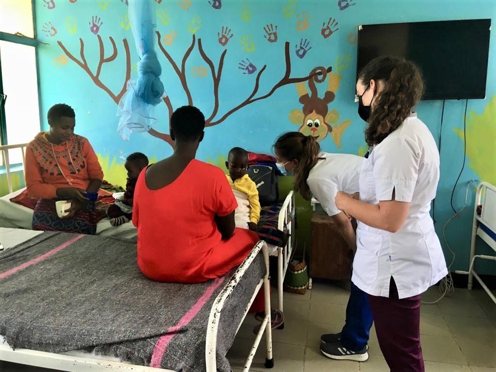 Milou en Indy (gebogen) in een ziekenhuis in Tanzania.