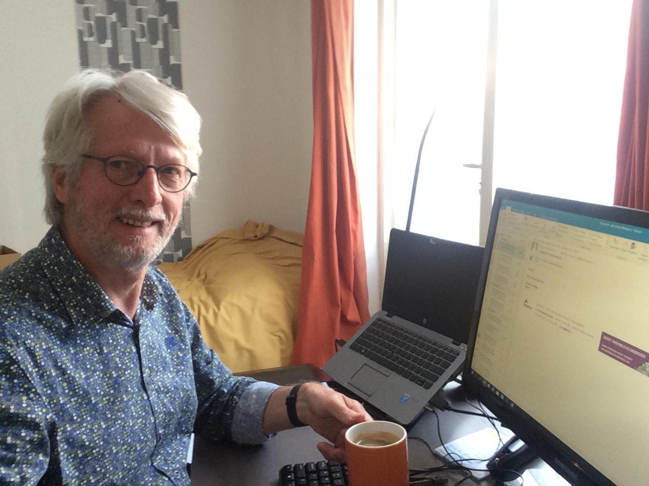 Peter Peeters op zijn thuiswerkplek.