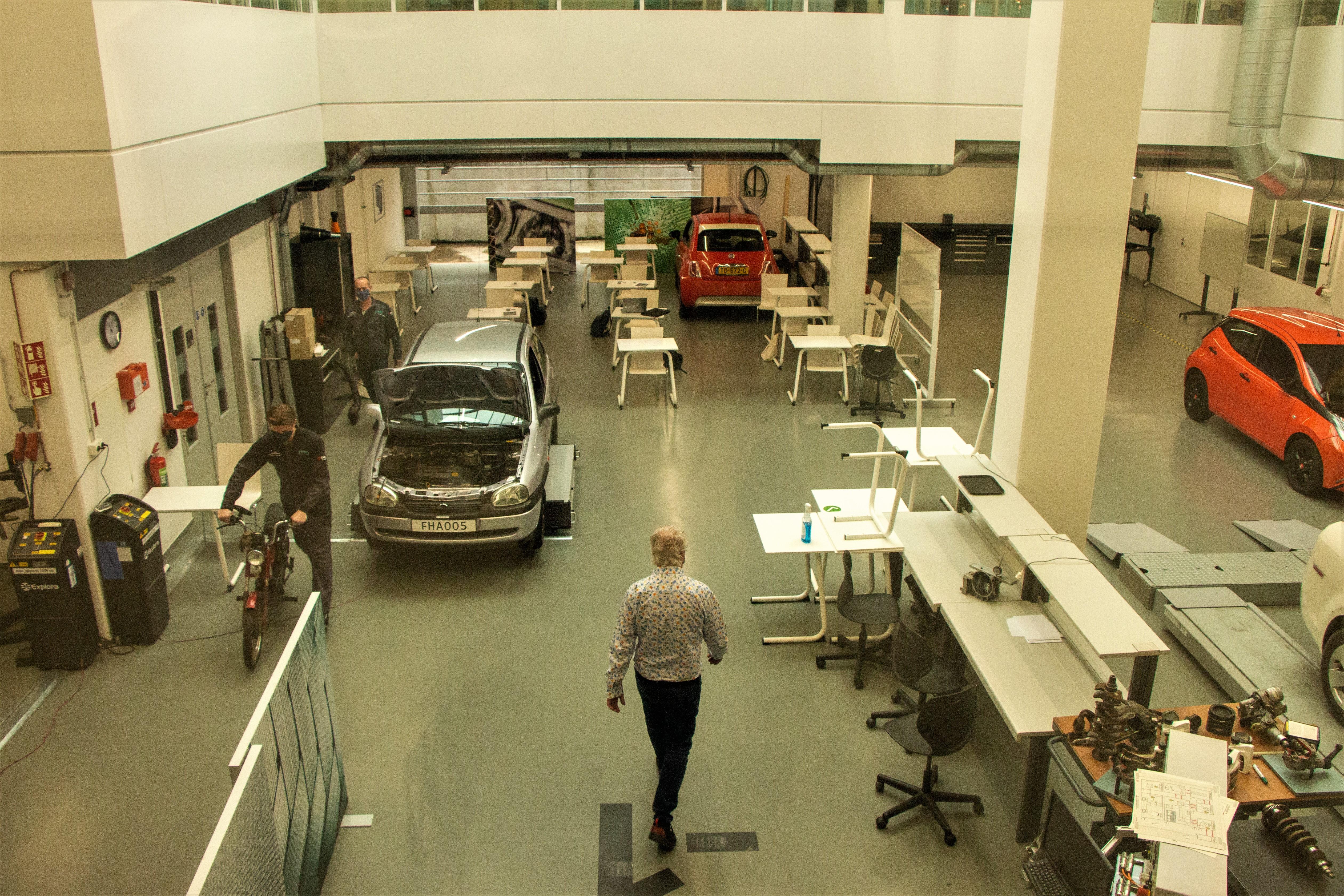 De werkplaats van Automotive is groot genoeg om voldoende afstand te kunnen houden.