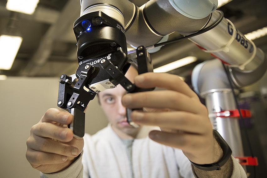 Onderzoek met een robotarm bij Fontys - foto: Ton Toemen.