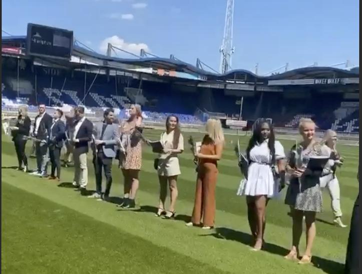 De corona-proof diploma-uitreiking van Fontys Hogeschool HRM en Psychologie in het Willem II-stadion in juli.