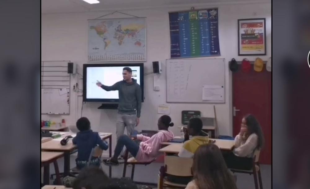 Aan het rappen in de klas.