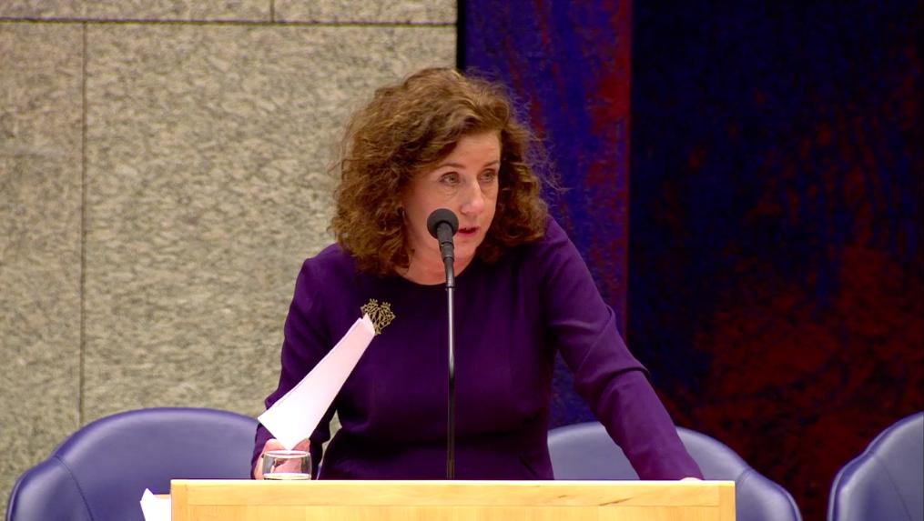 Van Engelshoven tijdens een Kamerdebat.