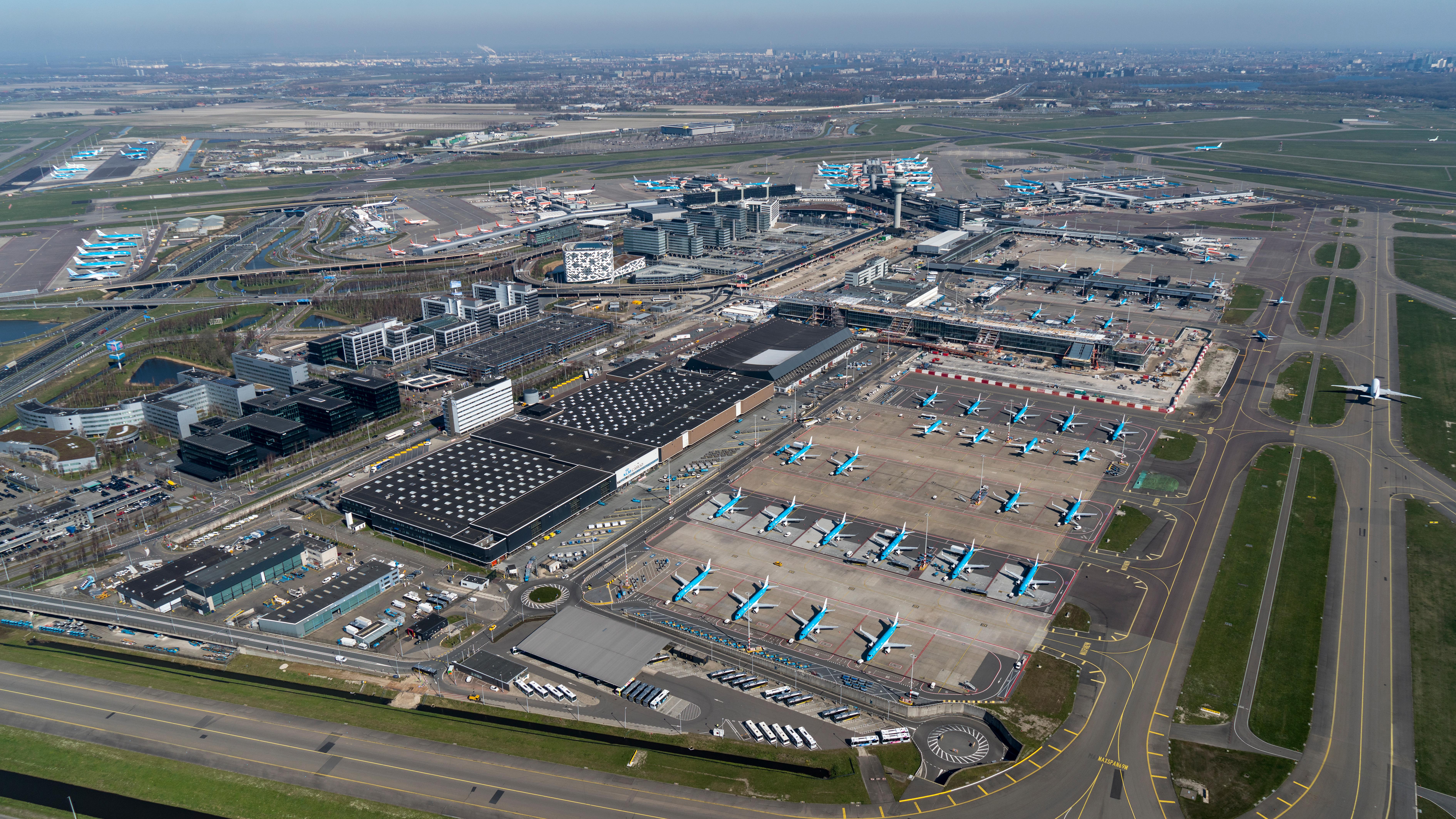 Maart 2020: door de coronacrisis staat de KLM-vloot geparkeerd op Schiphol.