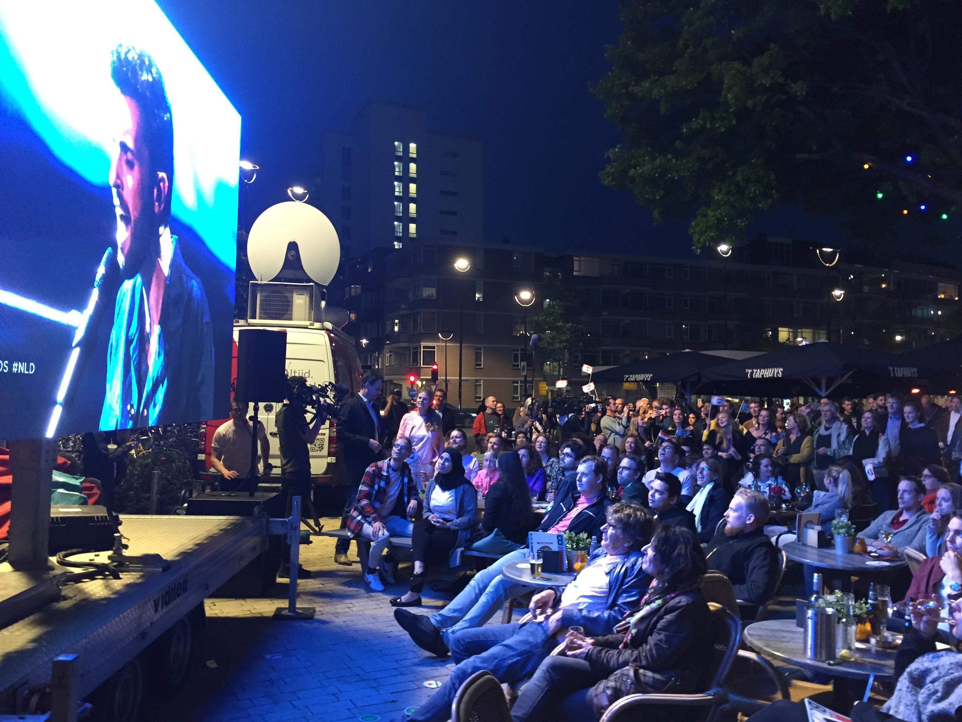 Op het Piusplein in Tilburg wordt in 2019 het optreden gevolgd van de latere winnaar Duncan Laurence.