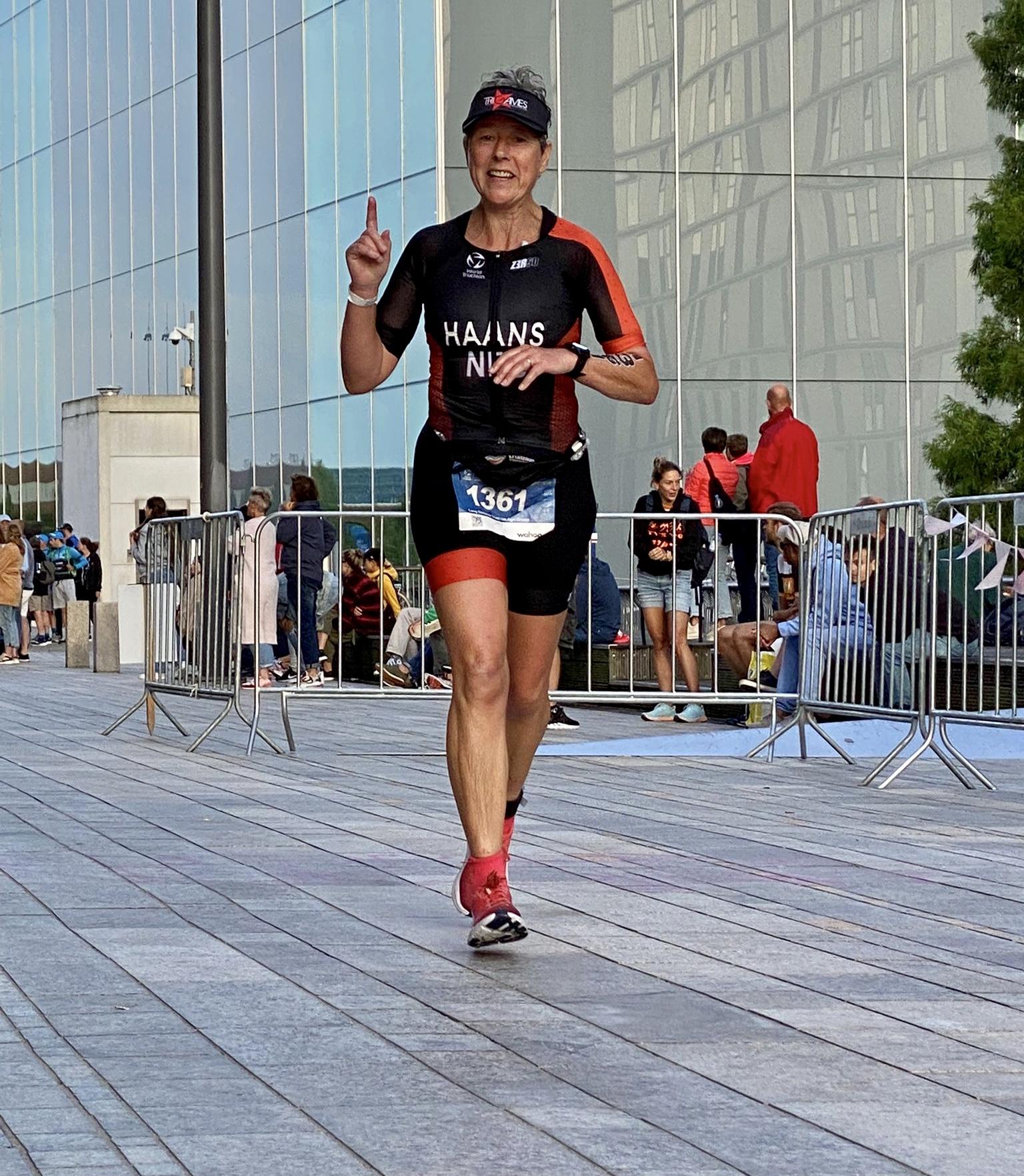 Monique Haans loopt tijdens het onderdeel marathon bij het WK door Almere.