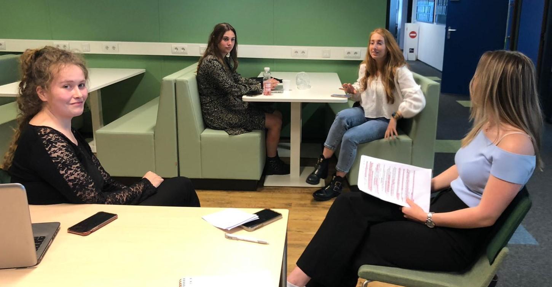 Studenten HRM (vlnr) Pleun, Stephanie, Anouk en (niet herkenbaar) Robin.