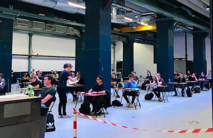Fontys hield 15 juni voor het eerst weer fysieke tentamens, in het Klokgebouw in Eindhoven.