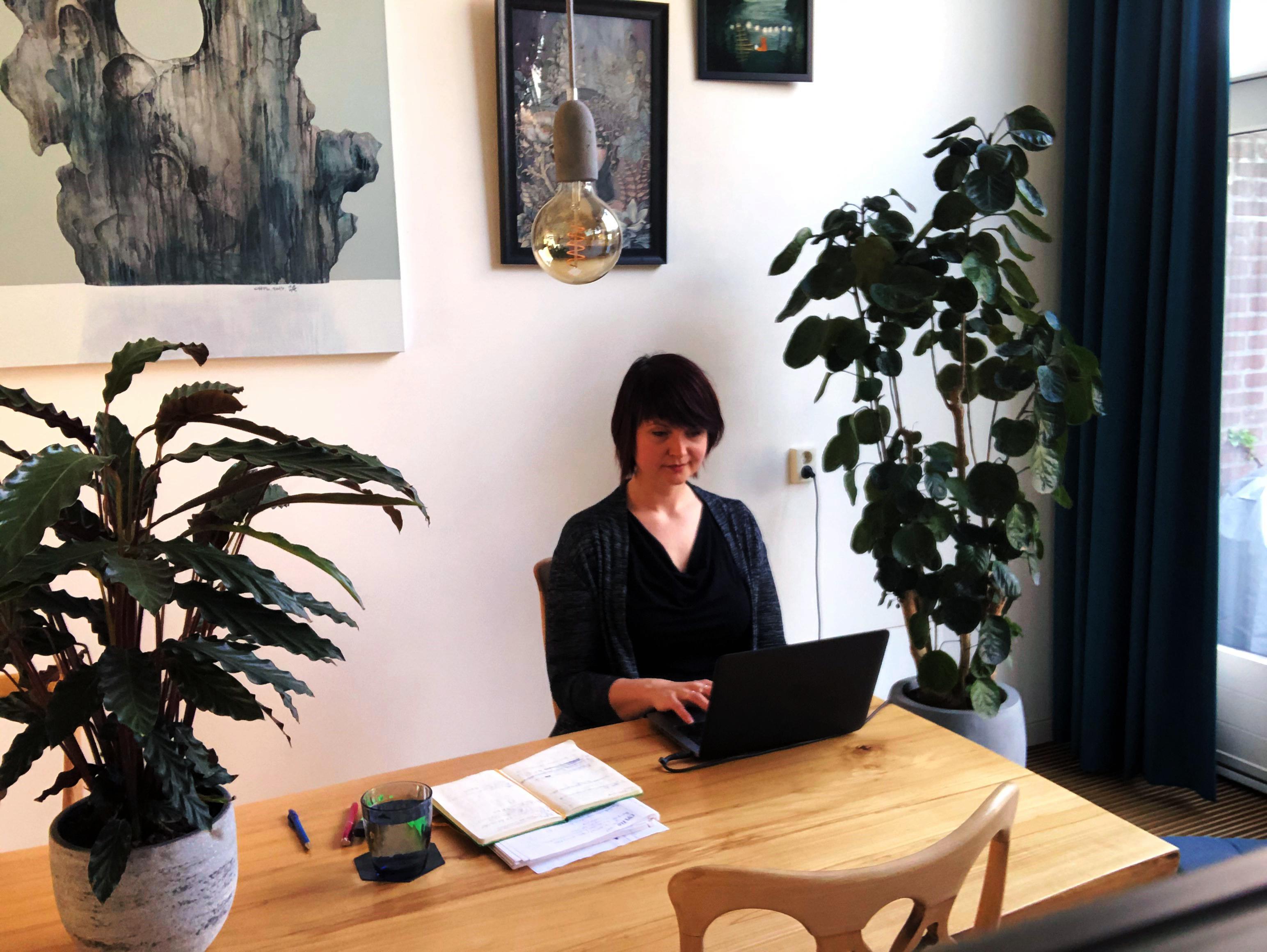 Een Fontys-docent thuis aan het werk.
