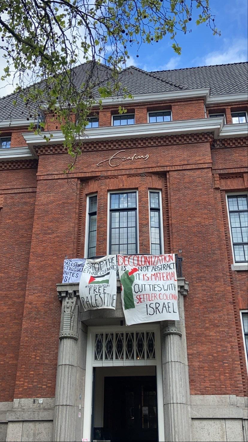 Bij Erasmus University College werden deze spandoeken kort nadat ze waren opgehangen weer weggehaald.