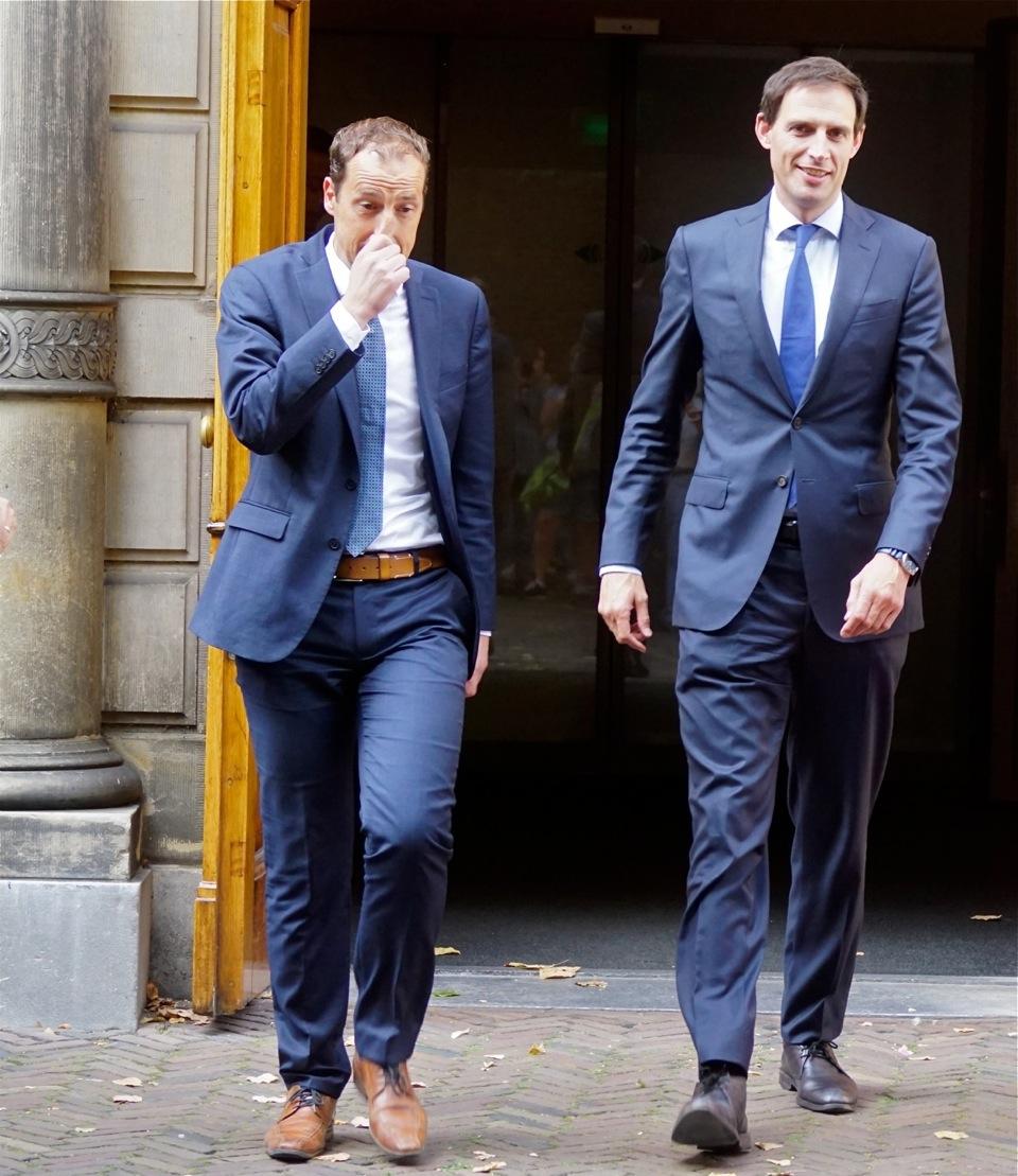 Minister Hoekstra (rechts) kreeg net als premier Rutte veel kritiek uit Zuid-Europa over zijn harde opstelling.