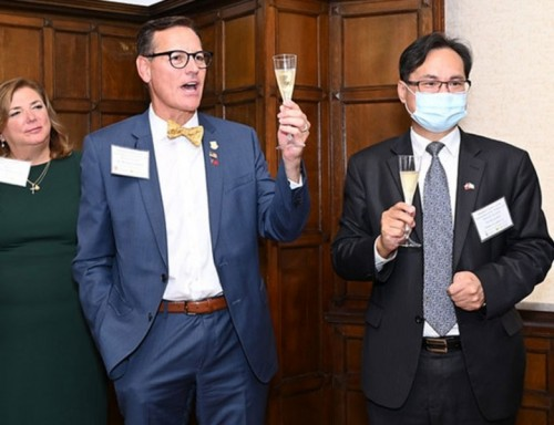 UST President  Richard Ludwick and TECO in Houston Director General Lo raise a toast with Wenzao Ursuline University celebration in Taiwan.