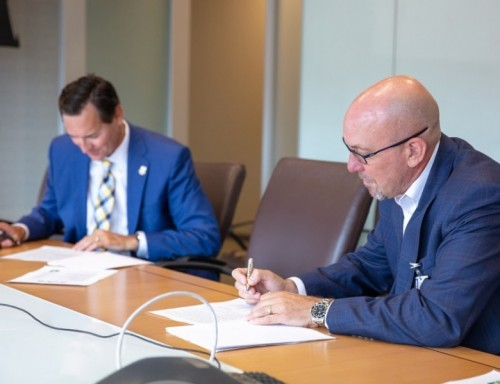UST President Dr. Richard Ludwick and Houston Methodist Research Institute President andCEO Edward A. Jones sign a new partnership agreement.