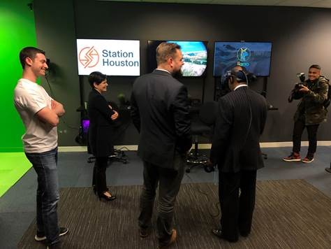 Mayor Turner being given a demonstration of the Houston VR Lab technology