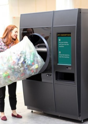 Image of recycler using TOMRA R1 reverse vending solution