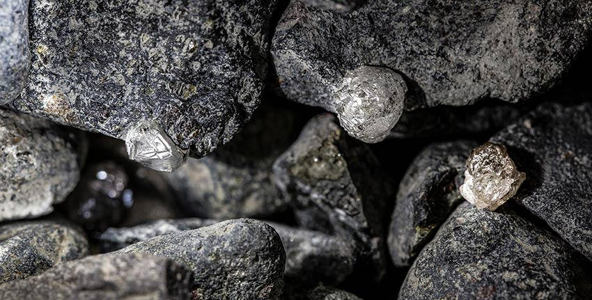 Diamond fines in mineral sample
